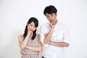 考える女性と男性